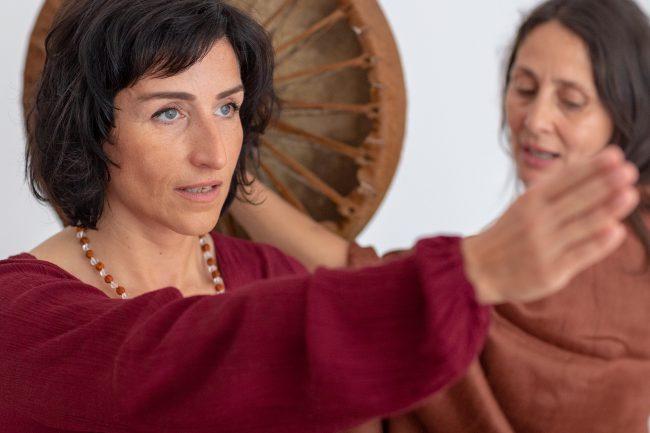 Monika Mazur mit dem ausgestreckten Arm, zeigt den Weg