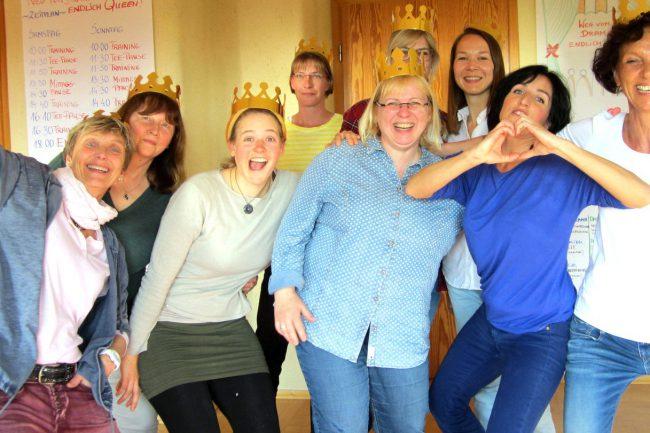Lachende Teilnehmerinen des Drama Queen Trainings