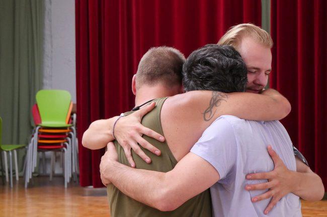 3 Freunde umarmen sich