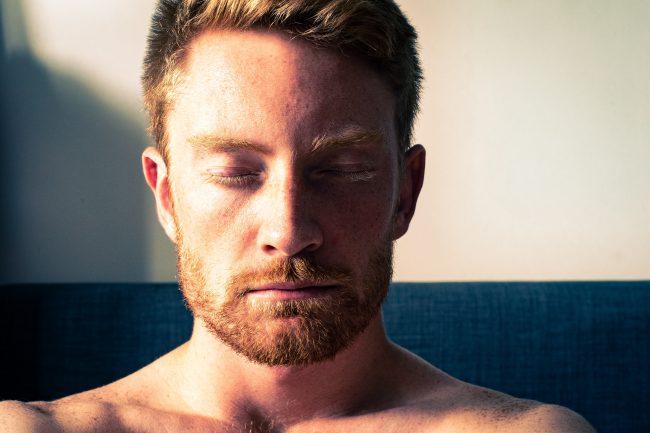 Man meditiert mit geschlossenen Augen