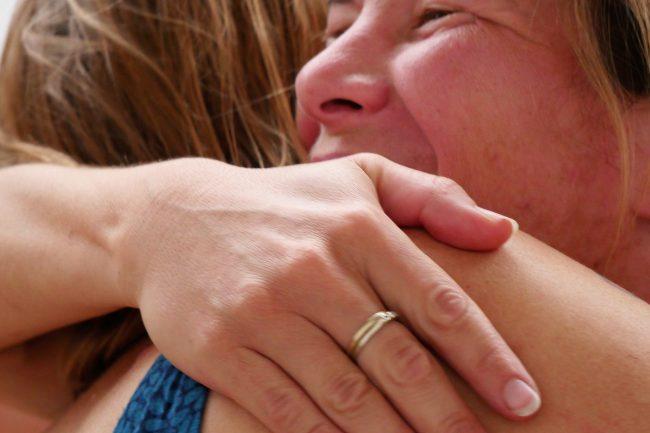 Menschen, die sich umarmen
