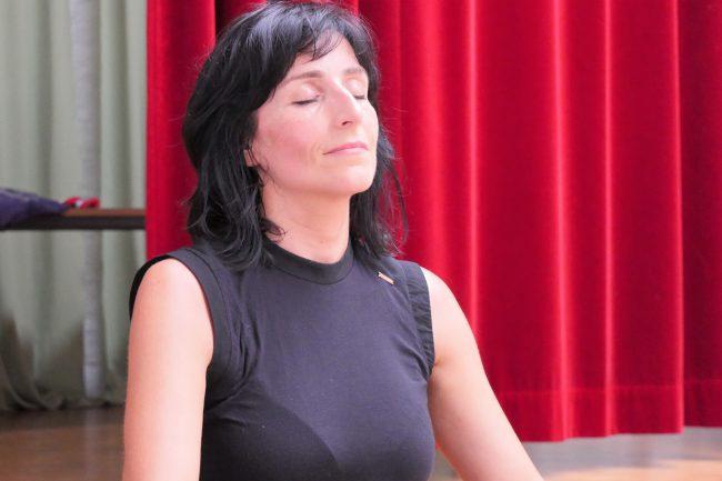 Monika Mazur meditiert