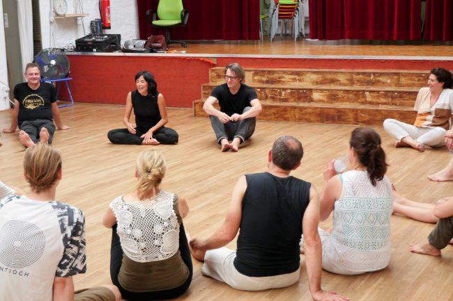 Abschluss der Meditation. Menschen sitzen im Kreis