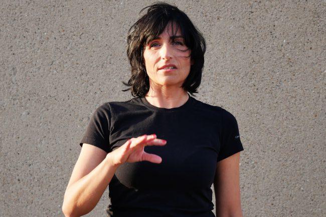 Monika Mazur gestikuliert beim sprechen