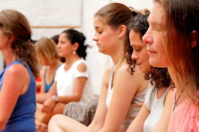 Frauen, die im Sitzen meditieren