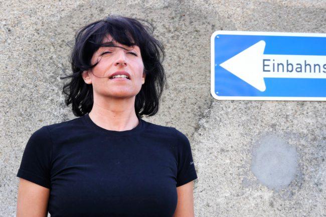 Monika Mazur mit geschlossenen Augen